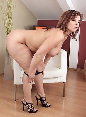 Hot Chubby MILF Porn Pictures