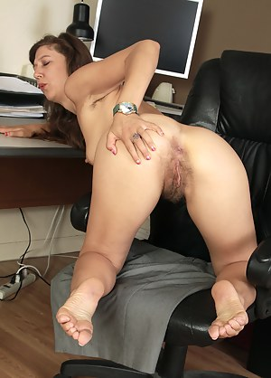 Hot MILF Spread Ass Porn Pictures