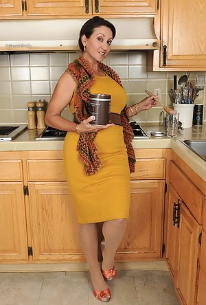 Hot MILF Kitchen Porn Pictures