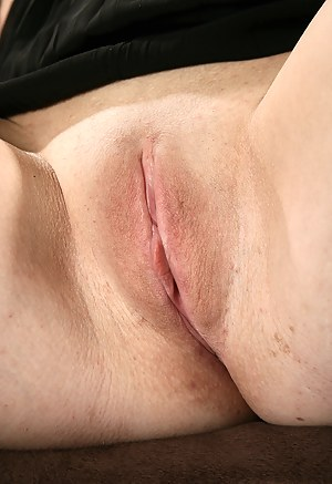 Hot MILF Shaved Pussy Porn Pictures